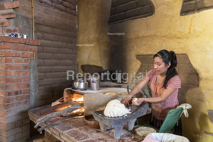 Cuilapam de Guerrero, Oaxaca, Mexico Chef making tortillas in the kitchen of Hacienda Cuilapam a popular buffet restaurant - Jim West - 2018-02-23