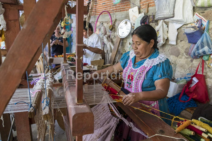 San Miguel del Valle, Oaxaca, Mexico - Mexican woman weaving rugs. Microfinance loans from the non profit En Via are supporting small businesses in the village - Jim West - 2018-02-24