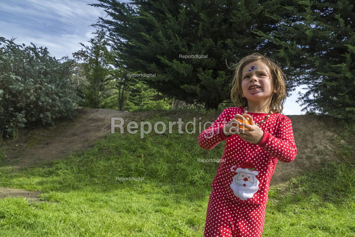 California, USA Children hiding and hunting for Easter eggs the day before Easter, a tradition among many Christian families - David Bacon - 2017-03-31