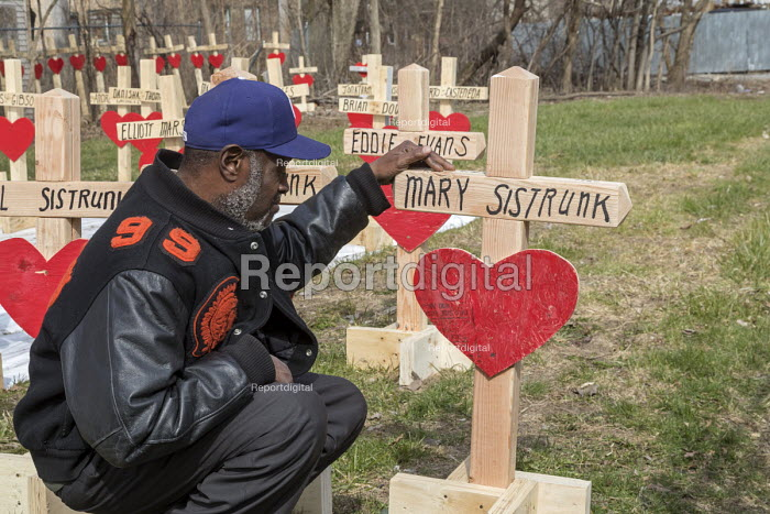 Chicago, USA Crosses representing those killed by guns in the city during the first three months of 2018. Since 2016, retired carpenter Greg Zanis has made wooden crosses to remember each homicide victim. Chicago recorded 781 murders in 2016 and 664 in 2017. Ziff Sistrunk pauses by a cross honoring his mother, who was a homicide victim in 1980. Sistrunk has lost seven family members to violence since 1972 - Jim West - 2018-04-08