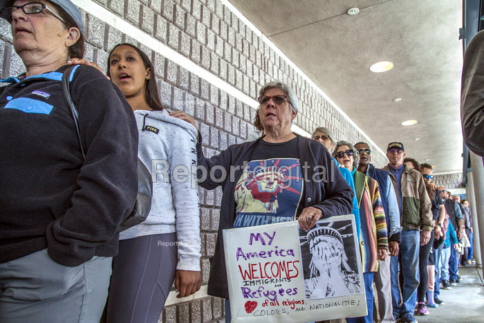 California, USA People of faith and immigrant families hold a protest vigil at The Richmond Detention Center where immigrants are imprisoned before being deported - David Bacon - 2018-04-07