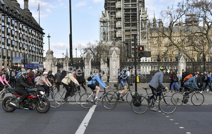Commuters cycling home from work, evening rush hour, Westminster London - Stefano Cagnoni - 2018-04-16