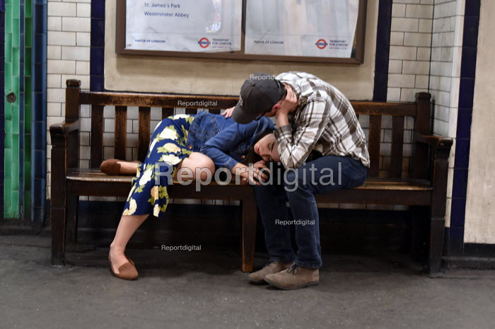 Tired couple, St James Park underground station around 9pm on a weekday - Stefano Cagnoni - 2018-04-18