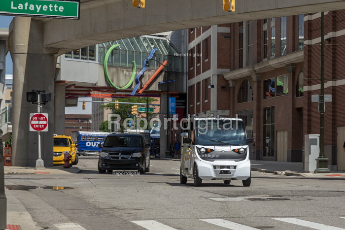 Detroit, Michigan USA. Self driving vehicle transporting workers. May Mobility vehicles take employees of Quicken Loans and affiliated companies from a parking garage to downtown offices. The vehicles carry an attendant who can take control if needed - Jim West - 2018-06-28
