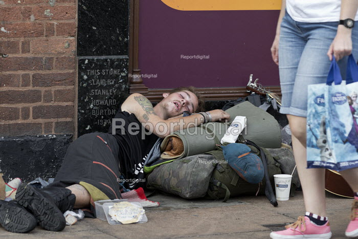 Homeless youth sleeping in the street during a heatwave, Stratford Upon Avon, Warwickshire - John Harris - 2018-07-26