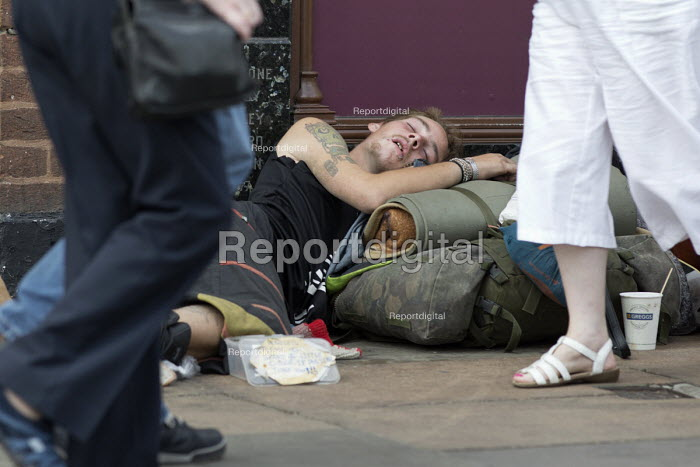 Homeless youth sleeping in the street during a heatwave, Stratford Upon Avon, Warwickshire - John Harris - 2018-07-26