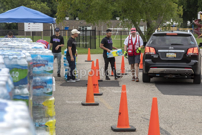 Parchment, Michigan USA, State of emergency declared after high levels of PFAS chemicals found in drinking water. Volunteers from the Red Cross and local High School distributing bottled water to residents as a State of emergency is declared after high levels of PFAS chemicals were found in the drinking water. The contaminants pose severe health risks - Jim West - 2018-07-31