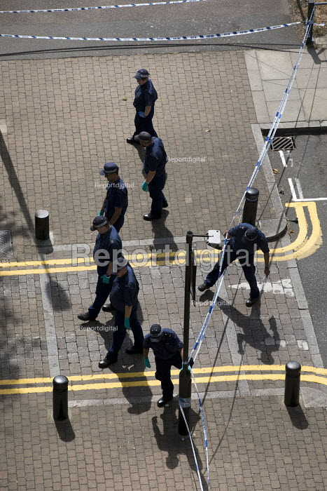Police forensic team searching for evidence after a stabbing of a teenager, Knapp Road, East London - Jess Hurd - 2018-08-04