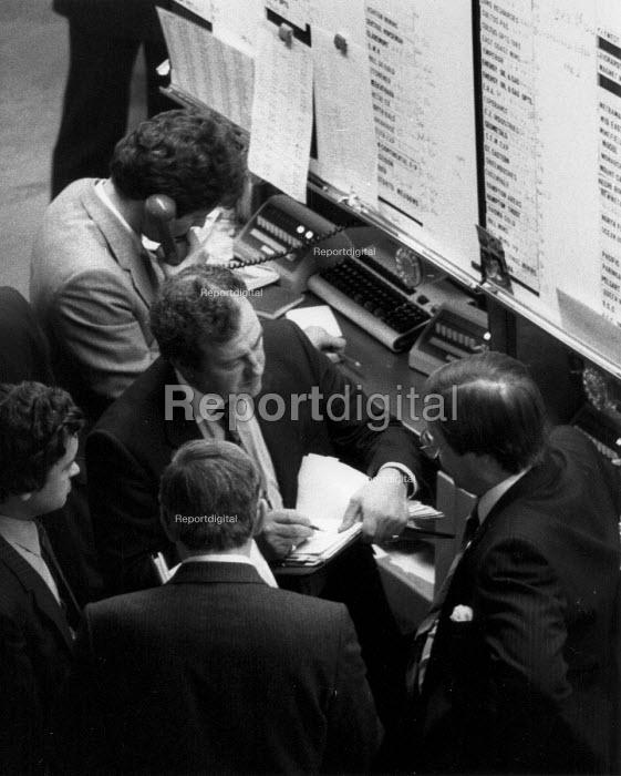 Busy traders, The Stock Exchange London 1982 - John Harris - 1982-12-06