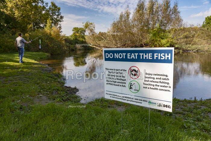 Michigan USA: Sign warning anglers Do not Eat The Fish, Huron River, Island Lake State Recreation Area. High levels of carcinogenic PFAS chemicals have been found in the water. PFAS have been widely used in many products. Exposure to PFAS poses severe health risks and can result in low infant birth weights, impact the immune system and even cause cancer or thyroid hormone disruption, the Environmental Protection Agency (EPA) - Jim West - 2018-10-03