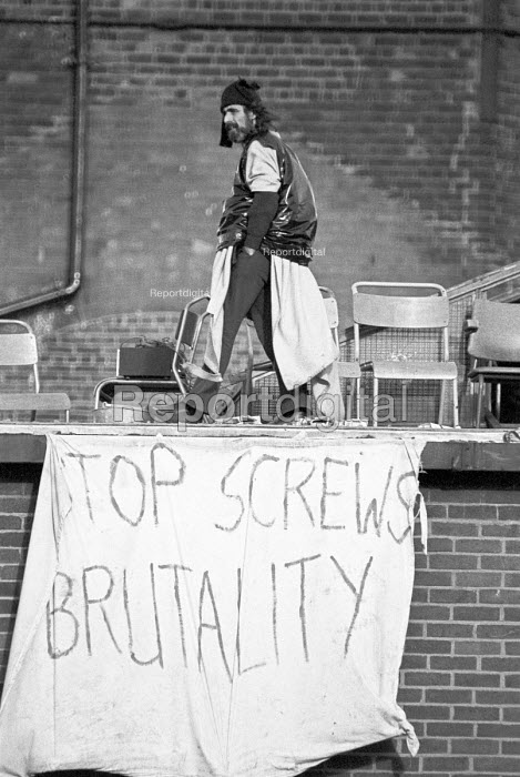 HMP Hull Prison riot 1976, for 3 days prisoners barricaded themselves on the prison roof complaining of violence by prison officers - NLA - 1976-09-02