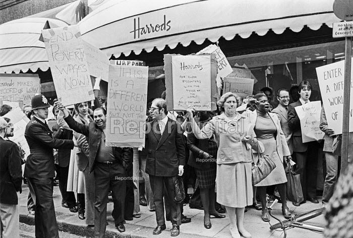 Harrods staff strike over low pay, London 1978 - NLA - 1978-06-14