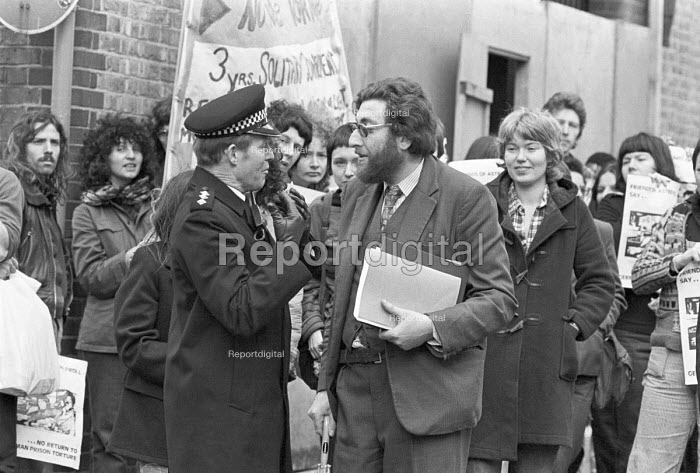 Astrid Proll extradition case, the Old Bailey, London 1978. Larry Grant of the NCCL, acting for Astrid Proll, with demonstrators behind, talking to a senior Police Officer - NLA - 1978-10-10