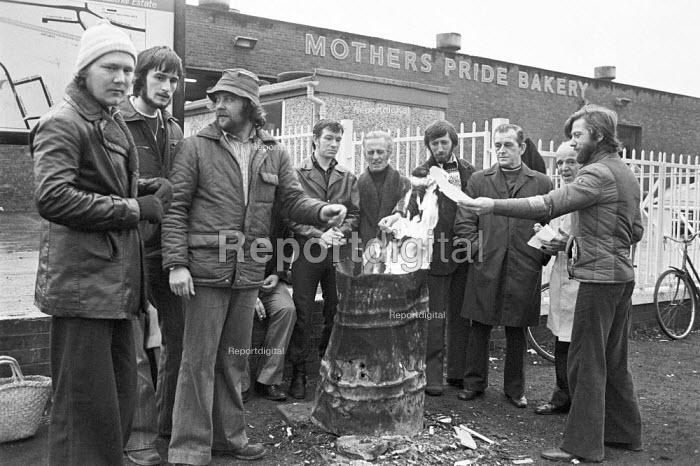 Bakers union national pay strike, 1978. Picket line at Mothers Pride Bakery, Wythenshawe, Manchester - NLA - 1978-11-23