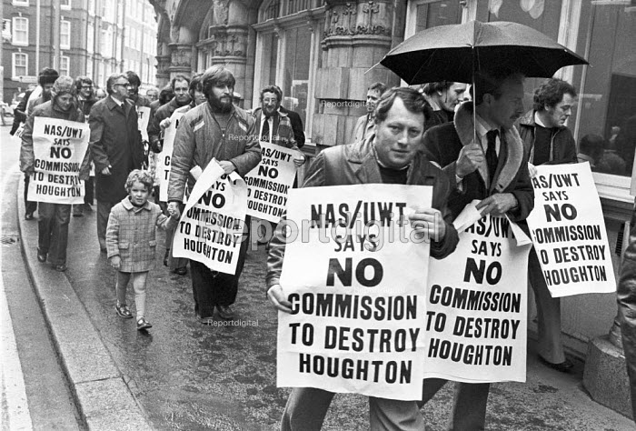 NASUWT lobby the Burnham Committee on pay, London 1979, anxious that the committe will ignore the recommendations of the Houghton Report. - NLA - 1979-04-25