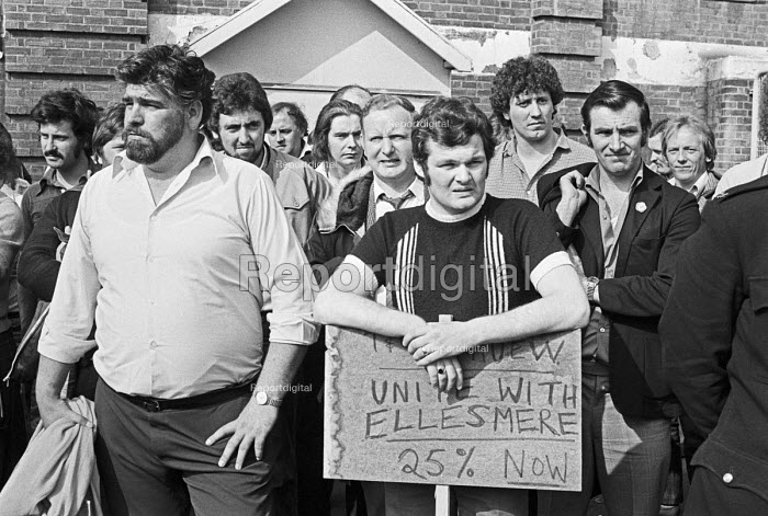 Striking workers from Vauxhall, Ellesmere Port, 1979 picketing workers at Vauxhall Luton to join their pay strike - NLA - 1979-09-10
