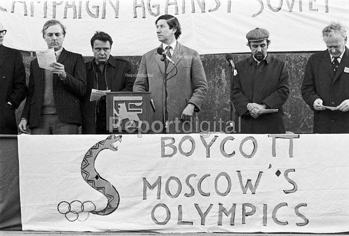 London 1980 John Gouriet (C) Vladimir Bukovsky, a Soviet dissident, Boycott the Moscow Olympic Games Rally in protest at the Soviet invasion of Afghanistan. Major John Gouriet is one of the founders of National Association for Freedom (NAFF) - NLA - 1980-02-11
