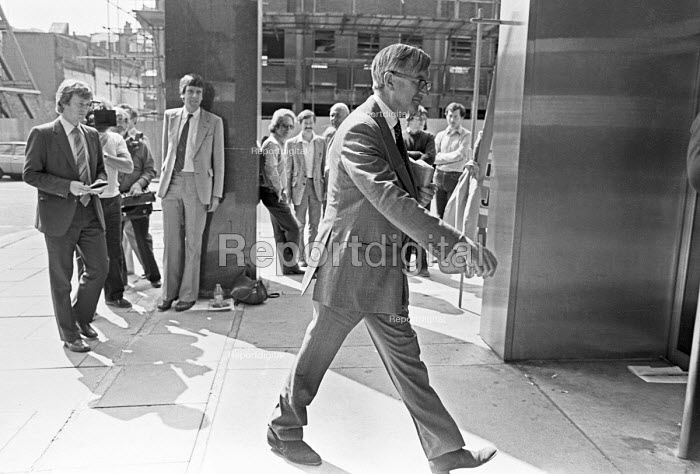 William Rees-Mogg, editor of the Times crosses NUJ picket line London 1980 on strike over a pay dispute - NLA - 1980-08-23