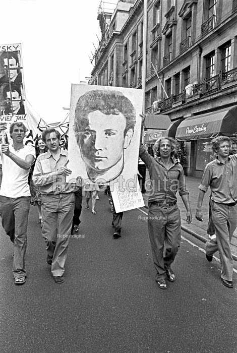 Protest against psychiatric abuses in Soviet Union, London 1976 demanding the release of Vladimir Bukovsky, Semyon Gluzman and other Soviet dissidents incarceratied in psychiatric prisons, Viktor Fainberg, a former victim, prominent dissident and director of the Campaign Against Psychiatric Abuse, is holding up portrait of Bukovsky (R) - Martin Mayer - 1976-07-04