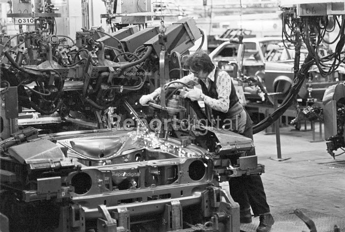 Worker on the production line Ford Halewood factory, Liverpool, 1978 - Martin Mayer - 1978-06-25