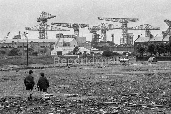 Children playing, Crnes of Upper Clyde Shipyards, Glasgow 1971 - Martin Mayer - 1971-06-23