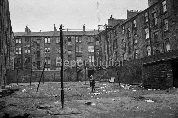 Boys playing in courtyard, Glasgow tenement 1971 - Martin Mayer - 1971-06-23