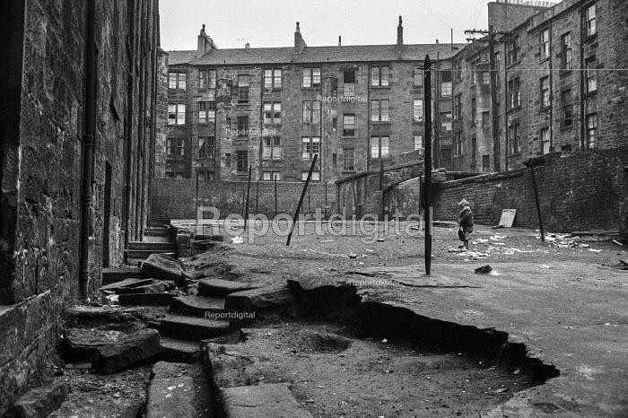Boys playing in courtyard, Glasgow tenement 1971 - Martin Mayer - 1971-06-23