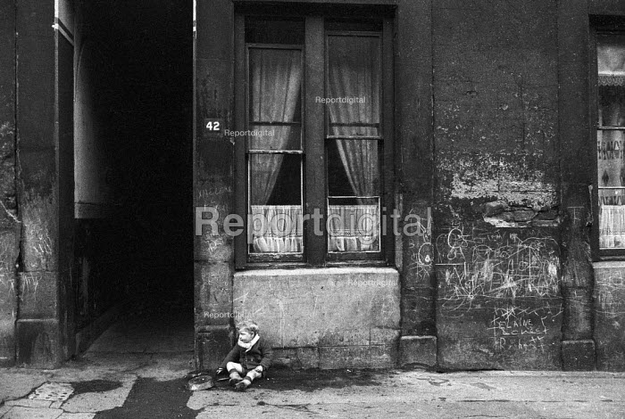Boy with rusty frying pan in street, Glasgow tenement 1971 - Martin Mayer - 1971-06-23