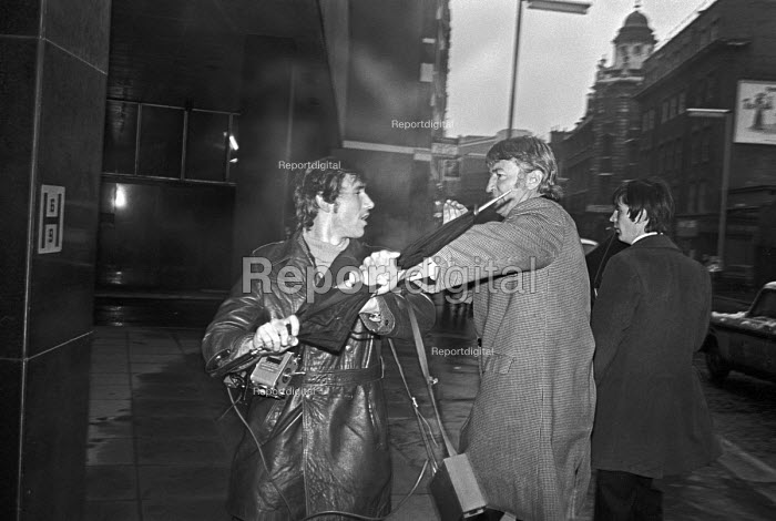 Defendant in Bank of England fraud case assulting a press photographer, Bow Street Maginstrates Court, London 1976 - Ray Rising - 1976-12-18