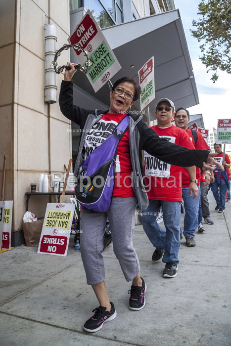 Oakland, California, USA Unite Here Hotel workers on strike against low wages, San Jose Marriott Hotel. Many workers take an additional job to make a living wage. Workers are striking Marriott Hotels in eight cities - David Bacon - 2018-10-05