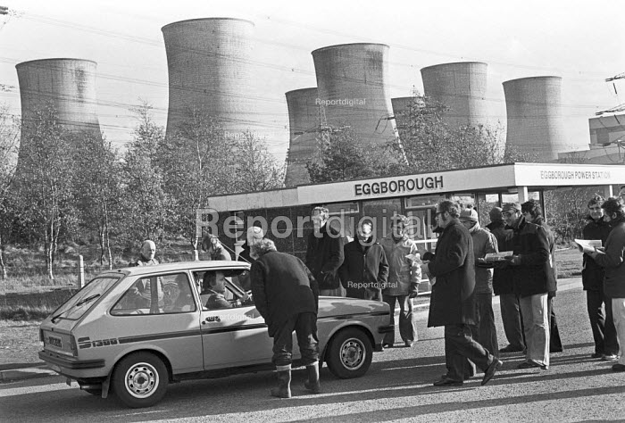 Power workers picketing Eggborough Power Station, North Yorkshire 1977 - Peter Arkell - 1977-11-10