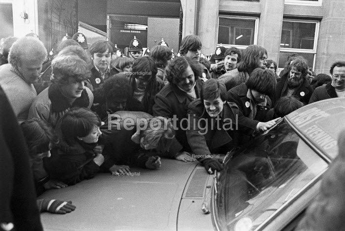 Mass picket at Nottingham Evening Post, 1979. NUJ strike against provincial low pay. They were all sacked for disloyalty and not taken back after the strike - Peter Arkell - 1979-01-27