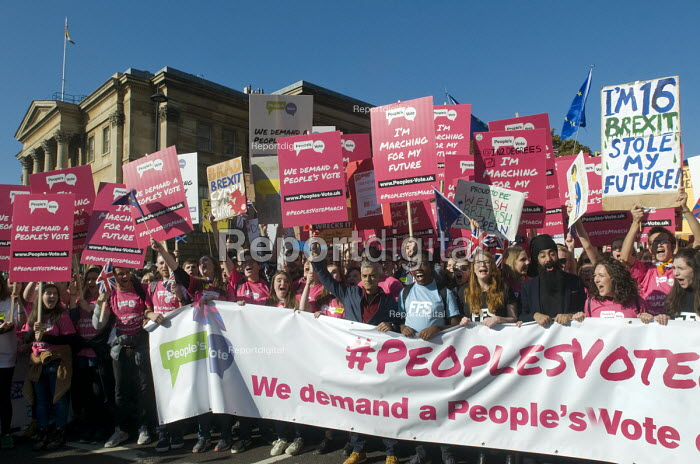 Peoples Vote March for the Future. London protest demanding a second referendum on the Brexit deal. Mayor of London Sadiq Khan with young protestors at the front of the demonstration sounding a klaxon to start the march - Stefano Cagnoni - 2018-10-20