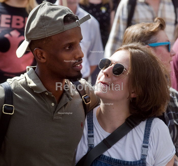 Couple walking together arm in arm London summer 2018 - Stefano Cagnoni - 2018-07-13