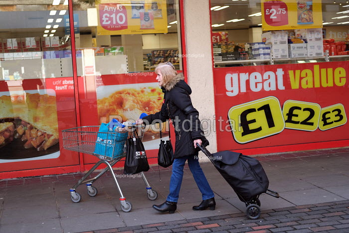 Shopping at Iceland, Great Value, Catford Shopping Centre, Lewisham, South London. - Jess Hurd - 2018-11-13