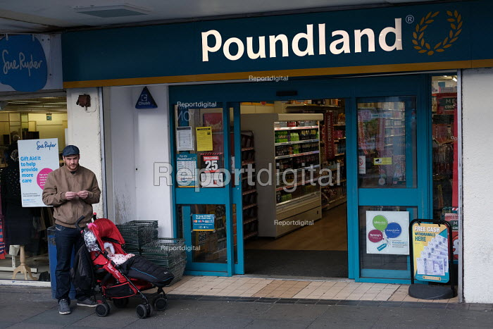 Father and child at Poundland, Catford Shopping Centre, Lewisham, South London. - Jess Hurd - 2018-11-13