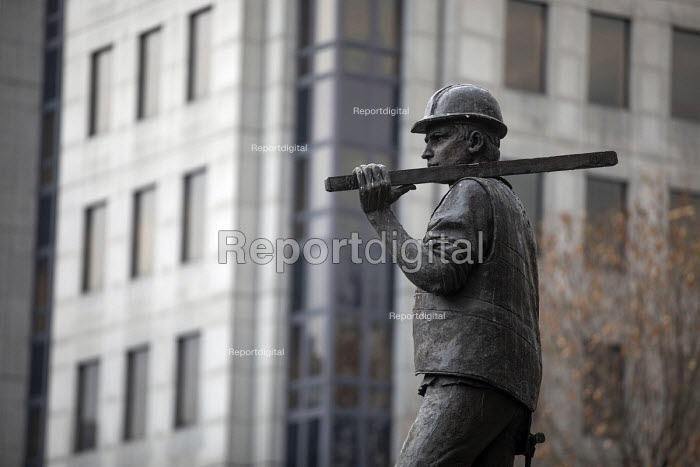 Building Worker statue by sculptor Alan Wilson, Tower Hill, London. The UCATT bronze statue is in memory the lives of workers killed on building sites - Jess Hurd - 2018-11-21