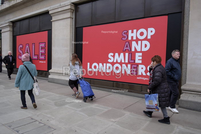 Shop and Smile Londoners. Selfridges end of year sales, Oxford Street, London - Philip Wolmuth - 2018-12-28