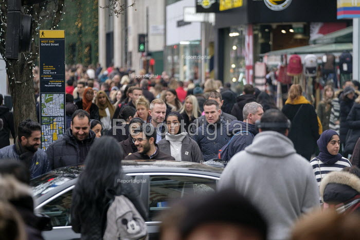 End of year sales, Oxford Street, London - Philip Wolmuth - 2018-12-28