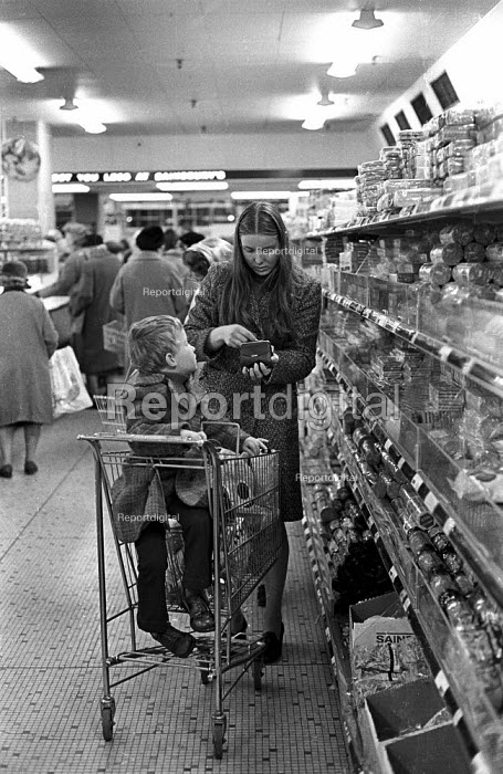 Young mother shopping in 1974 in Sainsbury supermarket in Victoria London during a period of high inflation in the UK - Peter Harrap - 1974-11-13