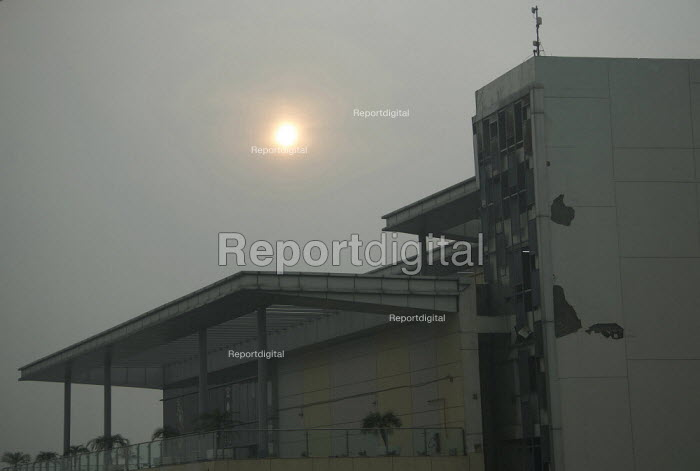 Amritsar, Punjab, India, Air pollution, Sun at 9.00 AM seen through thick smog. Air pollution in India is a serious issue with the major sources being fuelwood and biomass burning, fuel adulteration, vehicle emission and traffic congestion - Martin Mayer - 2018-11-01