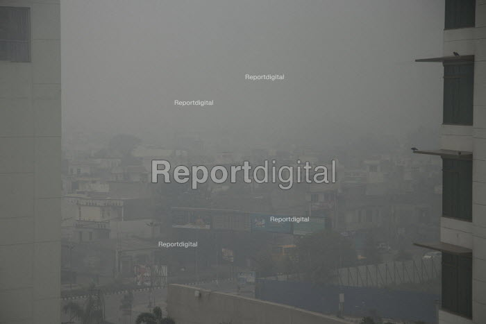 Amritsar, Punjab, India, air pollution, thick smog. Air pollution in India is a serious issue with the major sources being fuelwood and biomass burning, fuel adulteration, vehicle emission and traffic congestion - Martin Mayer - 2018-11-01