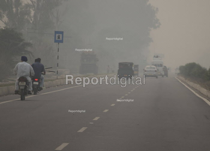 Amritsar, Punjab, India, air pollution. Late afternoon thick smog on the road to the Pakistan border. Air pollution in India is a serious issue with the major sources being fuelwood and biomass burning, fuel adulteration, vehicle emission and traffic congestion - Martin Mayer - 2018-11-01