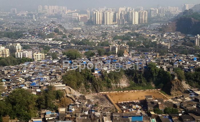 India, Mumbai, extremes of wealth, slums and high rise flats - Martin Mayer - 2018-11-11