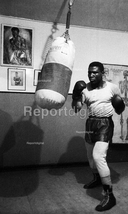 Nigerian boxer Dick Tiger in training at the gym LIverpool 1958 - Alan Vines - 1958-10-13