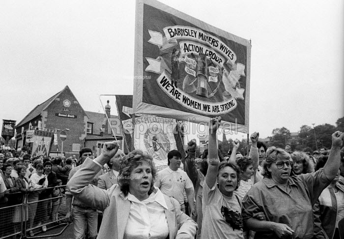 Durham Miners Gala 1986. Anne Scargill and women of the Barnsley Miners Wives Action Group on the traditional Labour movement parade through the City - Stefano Cagnoni - 1986-07-12