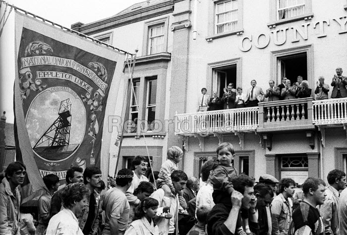 Durham MIners Gala 1986. MIners and their families from Eppleton Lodge pass below Labour dignitaries on the balcony of the County Hotel on the traditional Labour movement parade through the City - Stefano Cagnoni - 1986-07-12