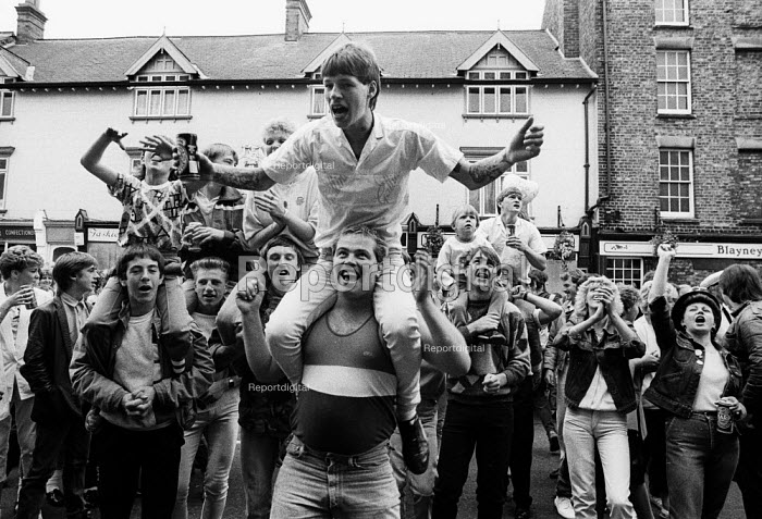 Durham MIners Gala 1986. Young people from the Durham coalfield commnities in an exuberant mood below Labour dignitaries on the balcony of the County Hotel on the traditional Labour movement parade through the City - Stefano Cagnoni - 1986-07-12
