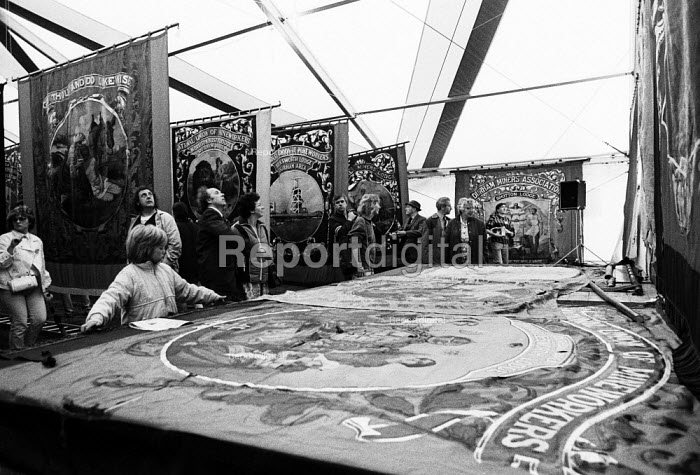 Durham MIners Gala 1986. MIners and their families admiring the Lodge banners from the Durham coalfields on display at the traditional Labour movement event - Stefano Cagnoni - 1986-07-12