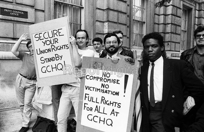 GCHQ solidarity strike Whitehall London 1986. Spontaneous walkout by civil servants at Cabinet Office in support of trade union rights being restored at GCHQ on the occasion of a visit by civil service union leaders for discussions on the ban with Sir Robert Armstrong - Stefano Cagnoni - 1986-06-23